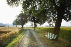 Estrada do banco e do cascalho no país Imagens de Stock Royalty Free