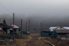 Estrada do campo com névoa na manhã imagens de stock royalty free