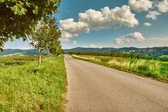 Estrada do campo no landscpe montanhoso imagem de stock royalty free