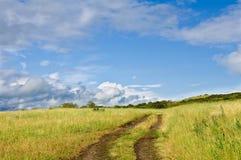 Estrada do campo perto do lago após uma chuva Imagens de Stock