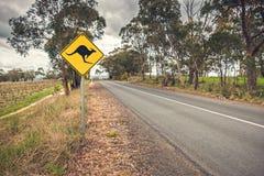 A estrada do canguru assina dentro Austrália imagens de stock