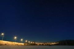 Estrada do carro com o céu da estrela, iluminado por lanternas Paisagem da noite em t imagem de stock