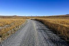 Estrada do cascalho às montanhas Foto de Stock Royalty Free