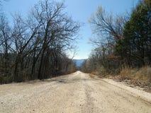 Estrada do cascalho do ` s Den State Park do diabo com montanhas Fotografia de Stock Royalty Free