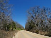 Estrada do cascalho do ` s Den State Park do diabo na mola adiantada Foto de Stock