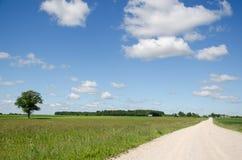 A estrada do cascalho e o automóvel do carro vão poeira de aumentação Foto de Stock