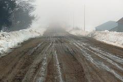 Estrada do cascalho enchida com as rotinas no inverno fotografia de stock royalty free