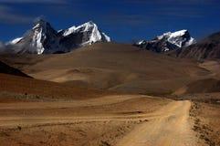 A estrada do cascalho no platô tibetano Fotos de Stock