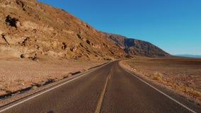 Estrada do cenário com a paisagem surpreendente do parque nacional de Vale da Morte Califórnia video estoque