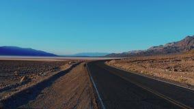 Estrada do cenário com a paisagem surpreendente do parque nacional de Vale da Morte Califórnia filme