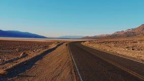 Estrada do cenário com a paisagem surpreendente do parque nacional de Vale da Morte Califórnia vídeos de arquivo