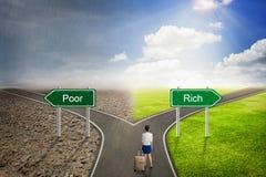 Estrada do conceito do homem de negócios, a pobre ou a rica à maneira correta Foto de Stock Royalty Free