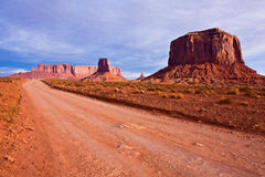 Estrada do deserto no vale do monumento Fotografia de Stock