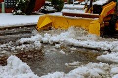 Estrada do esclarecimento do caminhão do arado de neve após o acesso do veículo do blizzard da tempestade de neve do inverno imagens de stock