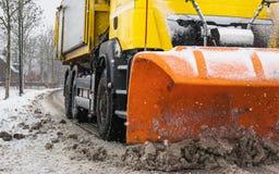 Estrada do esclarecimento do Snowplow, serviço do inverno imagens de stock royalty free