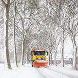 Estrada do esclarecimento do Snowplow, serviço do inverno foto de stock