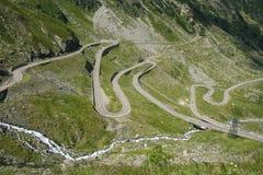 Estrada do gancho de cabelo da passagem de montanha de Transfagaras em Romênia central fotografia de stock