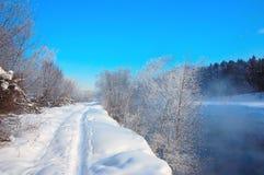 Estrada do inverno ao longo do rio congelado, perto de Moscou, Rússia Foto de Stock Royalty Free