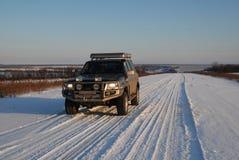 Estrada do inverno com carro 4x4 Fotografia de Stock