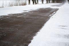 Estrada do inverno com lotes da neve foto de stock royalty free