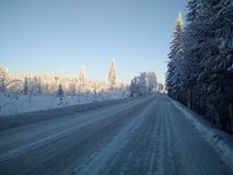 A estrada do inverno com neve Fotografia de Stock