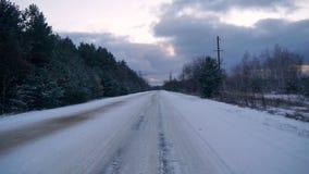 Estrada do inverno na floresta filme
