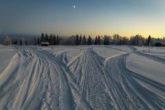 Estrada do inverno no alvorecer Fotografia de Stock Royalty Free