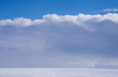 Estrada do inverno no sol e nas nuvens fotos de stock royalty free