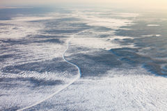 Estrada do inverno nos pântanos congelados de Sibéria ocidental, vista superior Foto de Stock