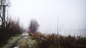 Estrada do inverno perto do lago Fotos de Stock Royalty Free