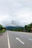 Estrada do pavimento à montanha Foto de Stock Royalty Free