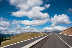 A estrada do roumaniei através de de céu Imagens de Stock