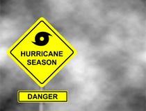 Estrada do sinal do furacão Sinal de aviso amarelo contra o céu cinzento - aviso do perigo do furacão, aviso do mau tempo, ilustr fotografia de stock