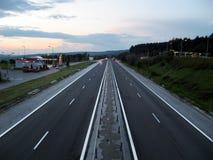 Estrada do tráfego da estrada no crepúsculo Imagens de Stock Royalty Free