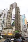 Estrada do tráfego e para renovar a construção no canteiro de obras ao lado do fá Yuen Street em Mong Kok em Hong Kong, China imagem de stock royalty free