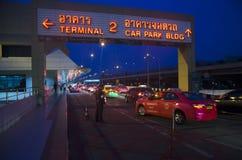 A estrada do tráfego que envia o passageiro vai registrar o bilhete para o voo imagens de stock