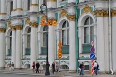 A estrada dos sinais de estrada repara perto da ponte do palácio Fotografia de Stock Royalty Free