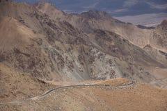 Estrada dramática à passagem de Khardung - a estrada motorable a mais alta na Índia fotos de stock royalty free