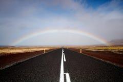 Estrada e arco-íris, opinião de baixo ângulo Foto de Stock Royalty Free