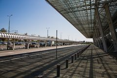 Estrada e arquitetura moderna da construção do terminal de aeroporto internacional Fotos de Stock Royalty Free