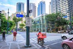 Estrada e arranha-céus em Bonifacio Global City o 1º de setembro de 2017 dentro Fotografia de Stock