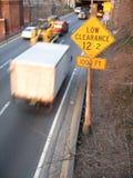Estrada e baixo sinal do afastamento Fotografia de Stock Royalty Free
