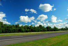 Estrada e céu azul imagem de stock royalty free
