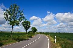 Estrada e céu nebuloso Imagens de Stock Royalty Free