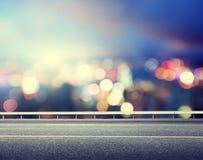 Estrada e cidade moderna borrada Fotos de Stock Royalty Free