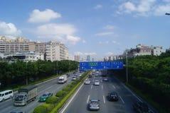 A estrada e a construção do nacional de Shenzhen 107 ajardinam, em China Fotografia de Stock