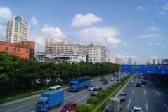 A estrada e a construção do nacional de Shenzhen 107 ajardinam, em China Foto de Stock Royalty Free