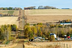Estrada e explorações agrícolas rurais na queda Fotografia de Stock