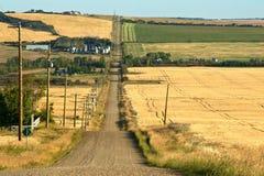 Estrada e explorações agrícolas rurais na queda Fotos de Stock Royalty Free