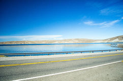 Estrada e lago Fotos de Stock